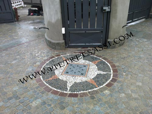 Mosaico a pavimento in ciottoli di fiume pietreesassi - Pavimento in ciottoli esterno ...