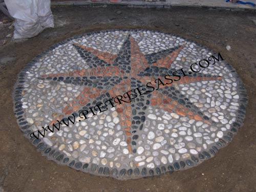 Mosaico di luserna e ciottoli pietreesassi for Pavimento con mosaico