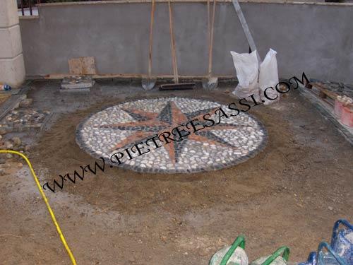 Mosaico di luserna e ciottoli pietreesassi - Mosaico per esterno ...
