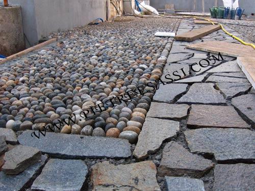 Mosaico di luserna e ciottoli pietreesassi - Pavimento in ciottoli esterno ...