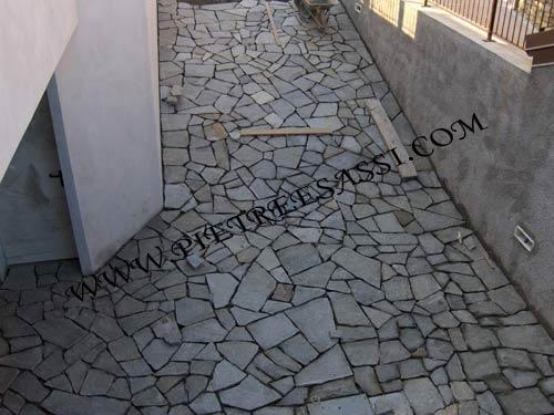 Pavimentazione mosaico di luserna pietreesassi - Mosaico per esterno ...