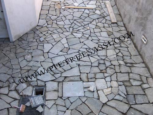Mosaico pietre e sassi cemento armato precompresso - Piatto doccia sassi ...