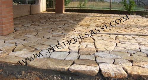 Pavimento in mosaico di pietra di trani pietreesassi for Pavimento da giardino