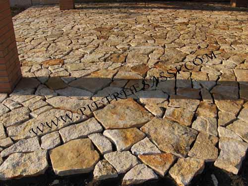 Pavimento in mosaico di pietra di trani pietreesassi - Mosaico per esterno ...