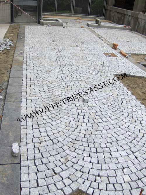 Pavimento esterno in cubetti di granito with tipi di pavimenti for Pavimenti per piscine prezzi
