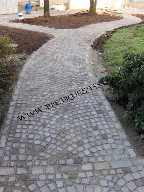 Pavimentazione giardino pietreesassi - Pavimentazione cortile esterno ...