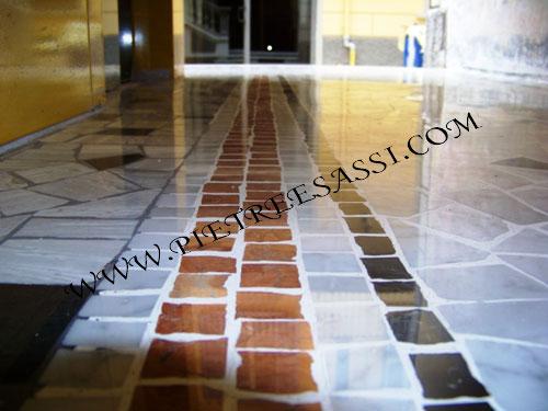 pavimentazione interna in pietra palladiana e mosaico di marmo