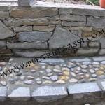 muro in pietra e ciottoli a pavimento