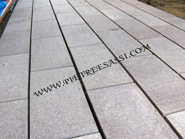 Pavimento esterno pietreesassi for Grandi pavimenti del garage