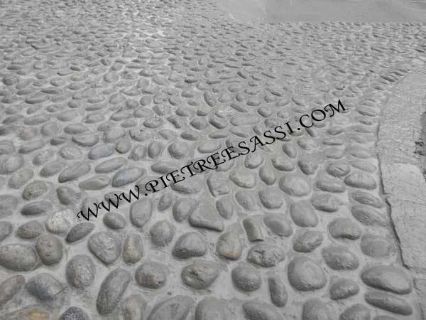 stuccatura pavimento in ciottoli