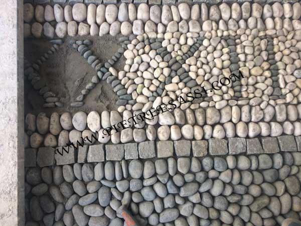 completamento della decorazione in ciottoli